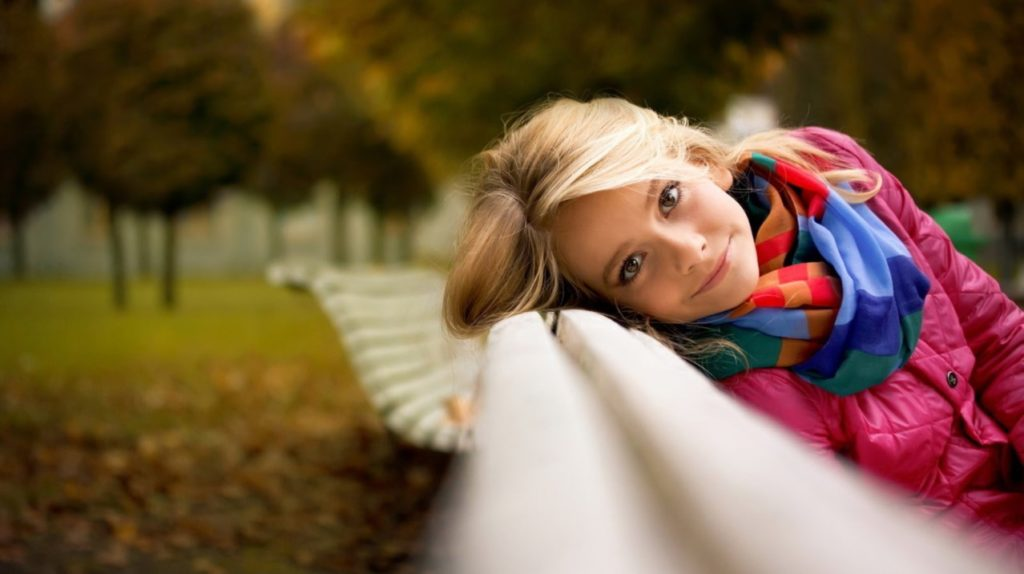 Дівчинка в парку