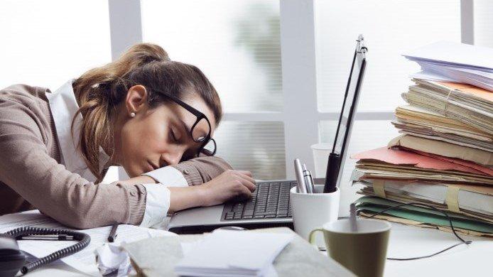 Жінка працює в офісі