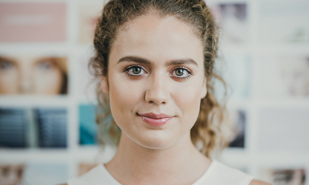 портрет молодої жінки, погляд