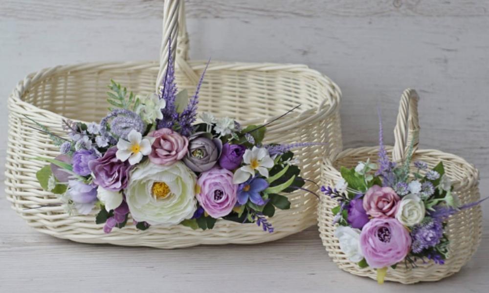 вибілені великодні кошики, прикрашені квітами