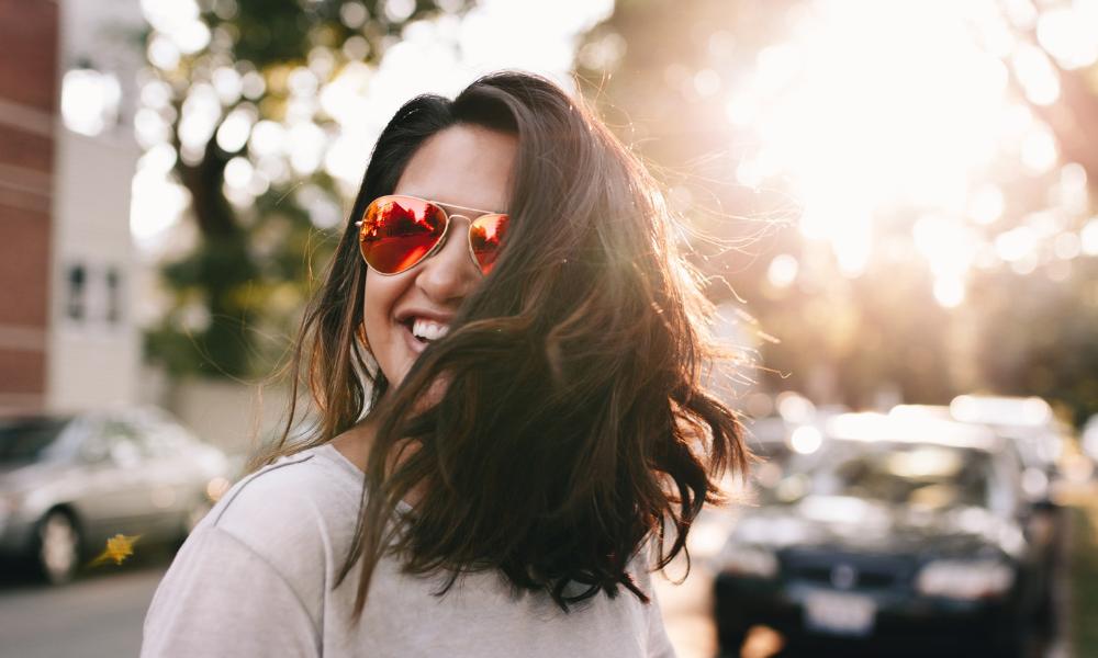 жінка в окулярах від сонця