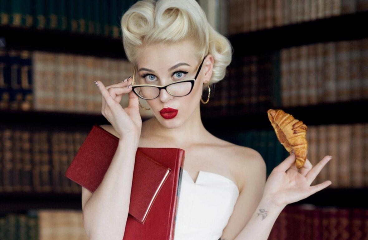 дівчина в окулярах з книгами