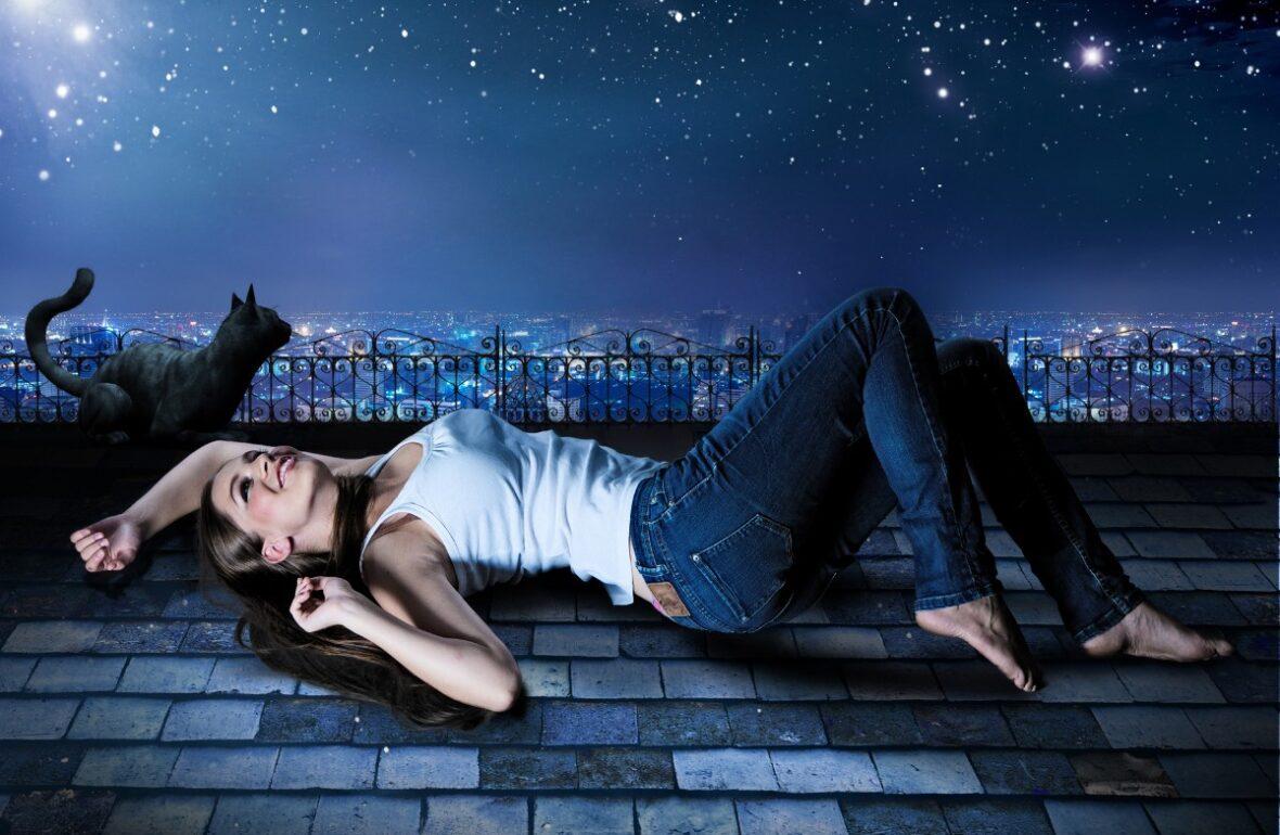 дівчина лежит на даху і дивиться на зірки
