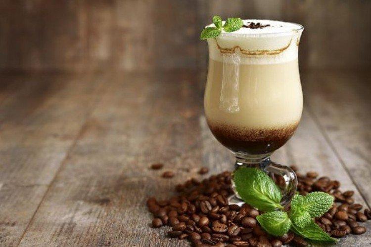 кава з молоком та м'ятою