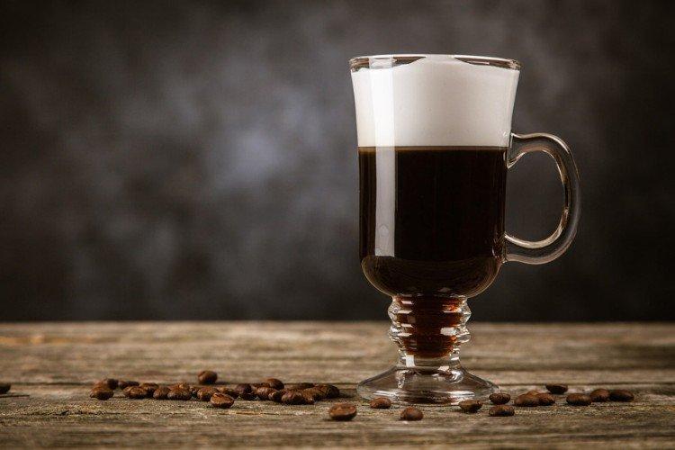 кава по-ірландськи з пінкою