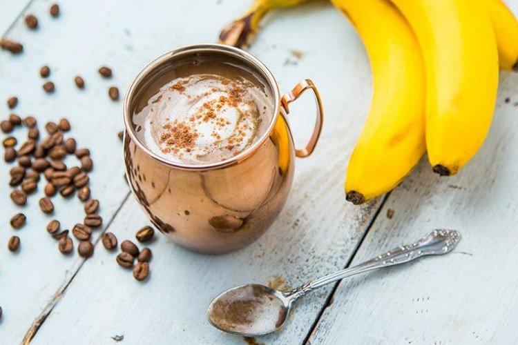 кава з пінкою, банани, срібна ложка