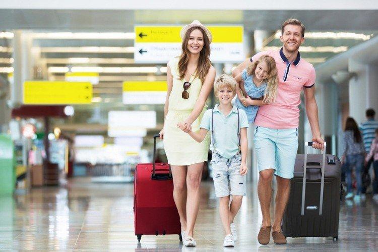 молода сім'я подорожує з дітьми, аеропорт