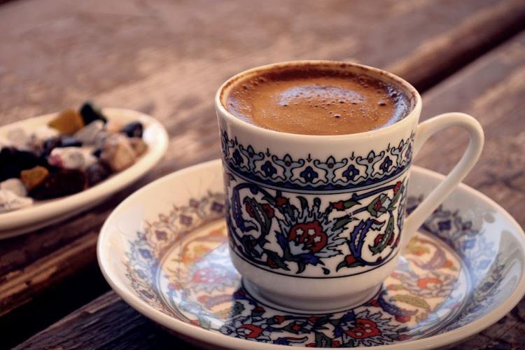 кава по-турецьки в розмальованому горнятку