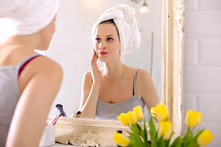 дівчина дивиться в дзеркало