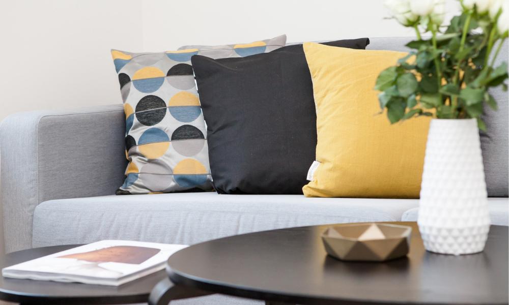 інтер'єр, кімната, диван, подушки, стіл