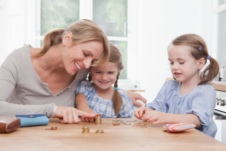 мама, доньки, дівчатка, рахують гроші, монети