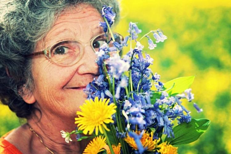 стара жінка з квітами