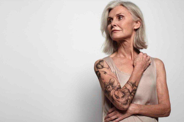 красива жінка похилого віку з татуюванням
