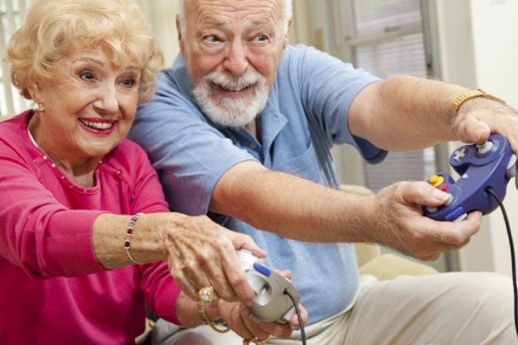 бабуся і дідусь грають відеогру