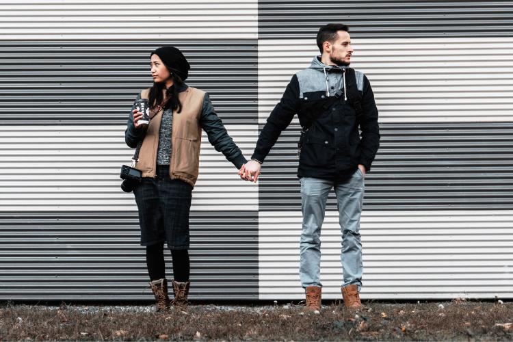 хлопець і дівчина тримаються за руки