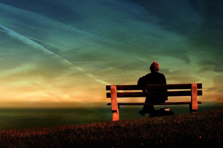 старий чоловік сидить на лавці