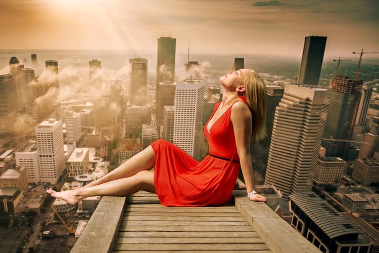 дівчина в червоній сукні на даху, хмарочоси, місто
