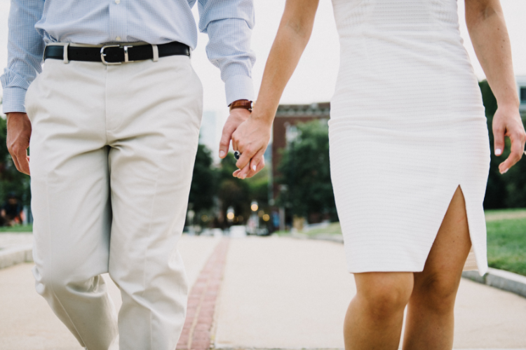 мужчина і жінка тримаються за руки