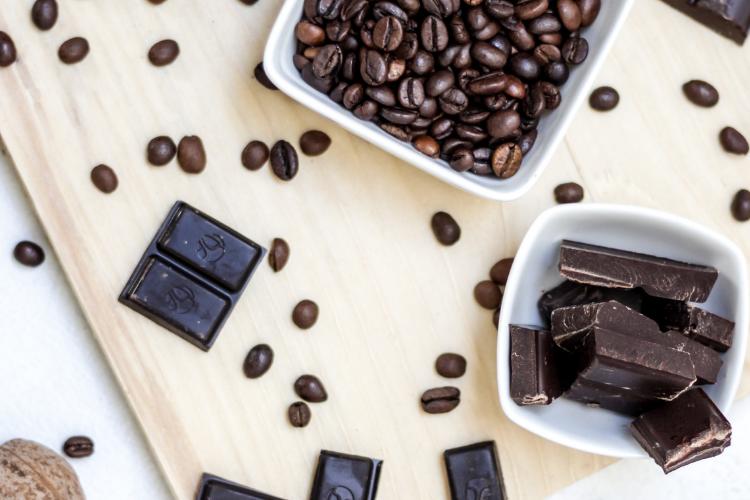 зерна кофе, черный шоколад