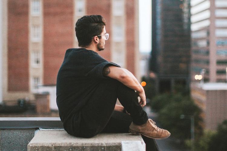 мужчина сидить на даху