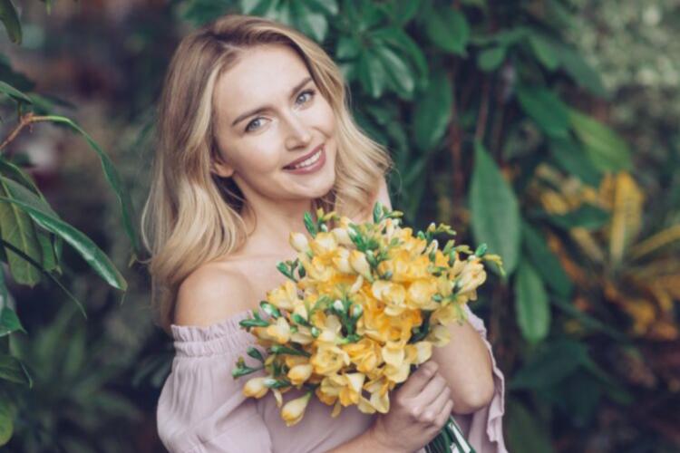 красива жінка з квітами, дівчина, блондинка