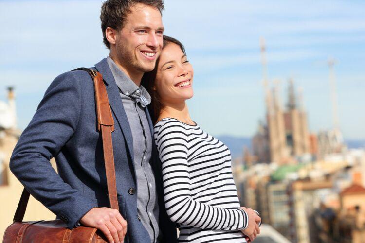 пара, чоловік і жінка, хлопець і дівчина на фоні міста