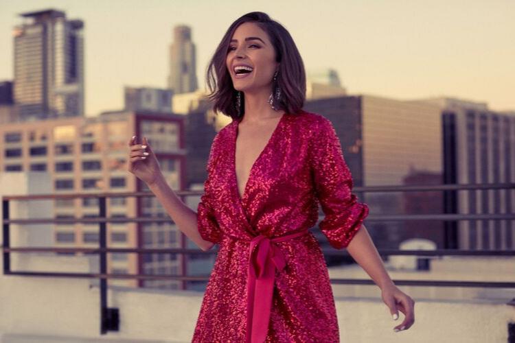 дівчина в червоній сукні на даху
