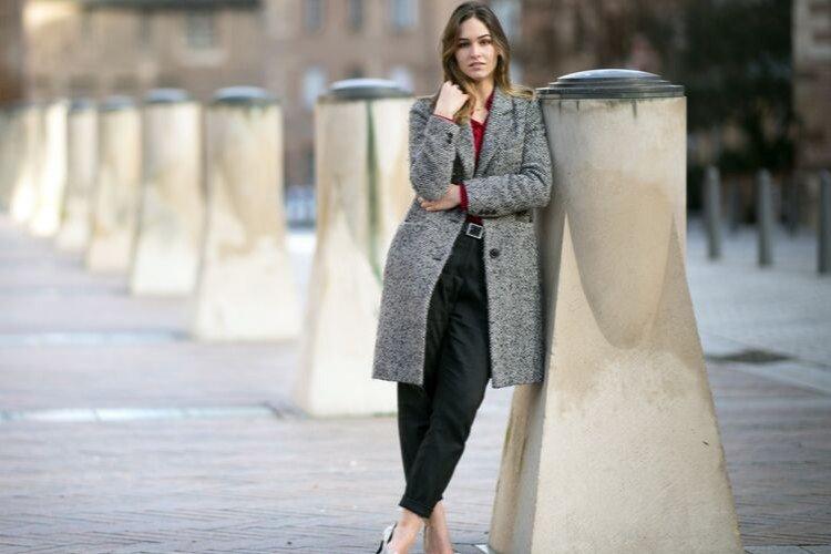 дівчина в пальто
