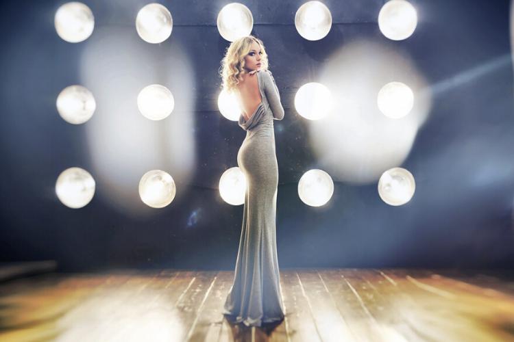 психологія моди, ефектна сукня, платье, блондинка в довгій сукні