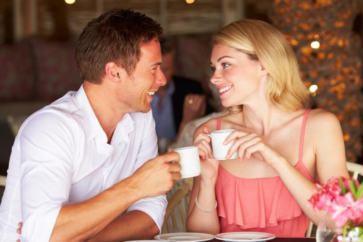 психологія моди, пара в кафе, мужчина і жінка, розмова, кава