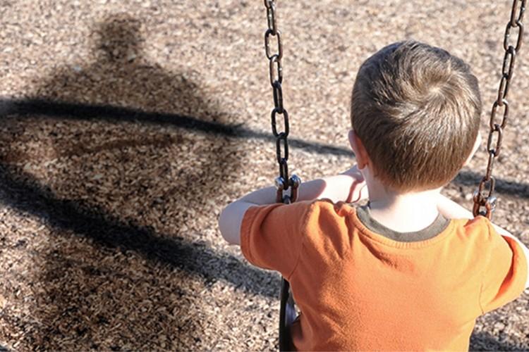 якщо хтось переслідує дитину, хлопчик на гойдалці, незнайомець