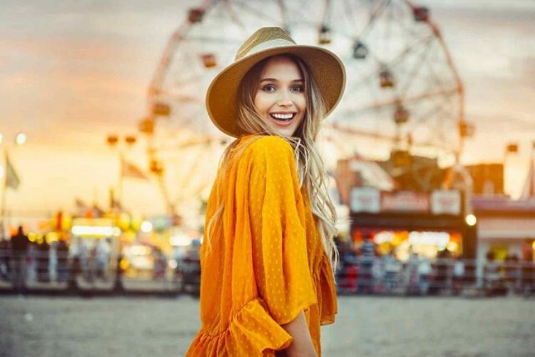 дівчина в жовтій сукні капелюсі
