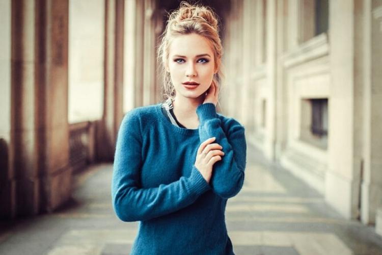 блондинка, синій светр