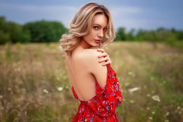 червона сукня, жінка, як колір одягу впливає на людину
