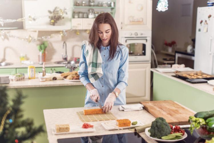 жінка готує суші