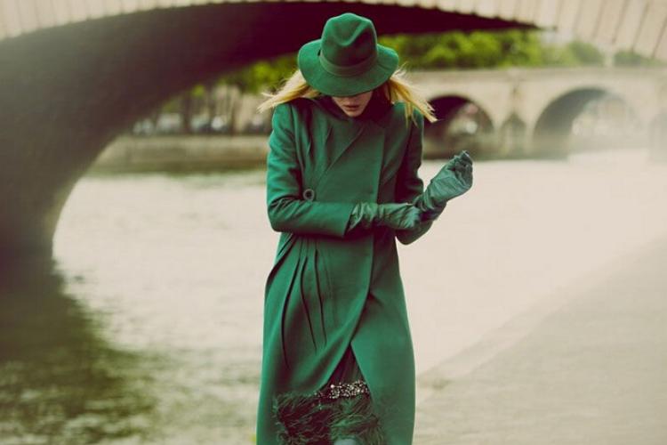 жінка в зеленому пальто