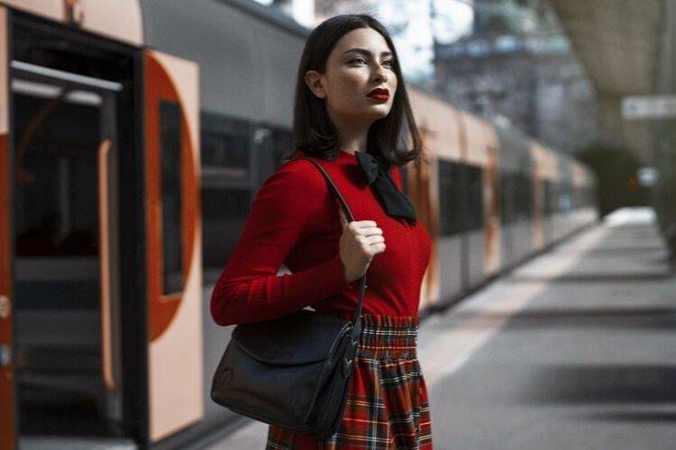 дівчина в червоному