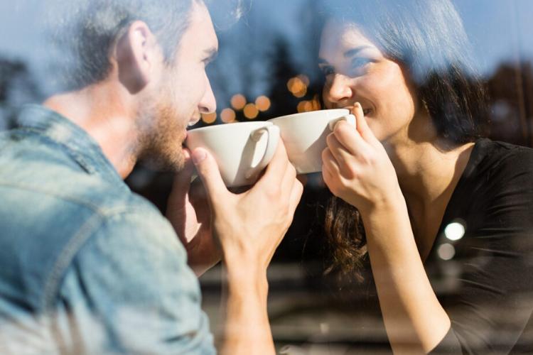 мужчина і жінка в кафе, кава, пара