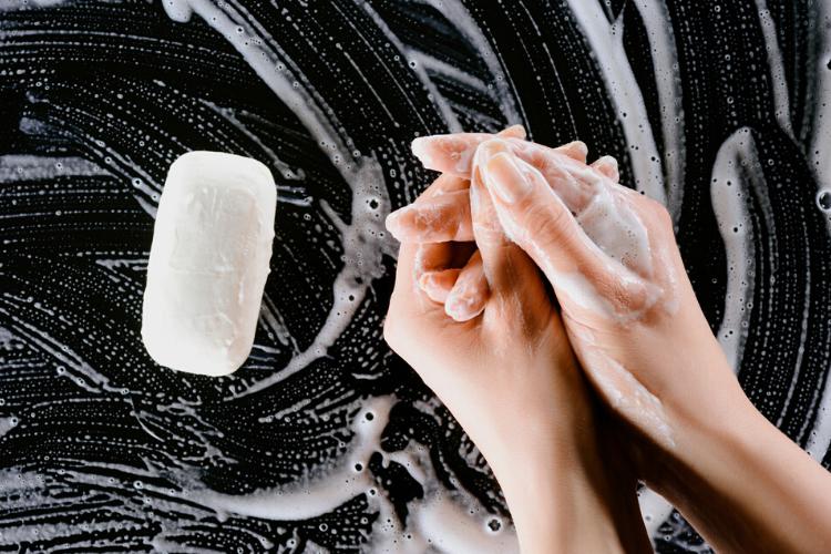 жінка миє руки з милом