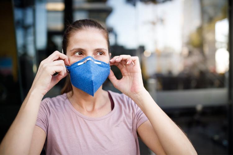 жінка в масці, медична маска