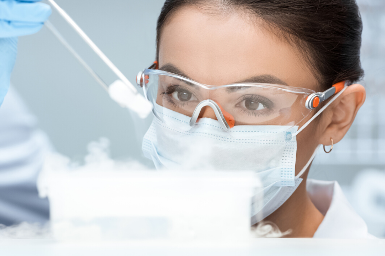 медик в масці проводить досліди