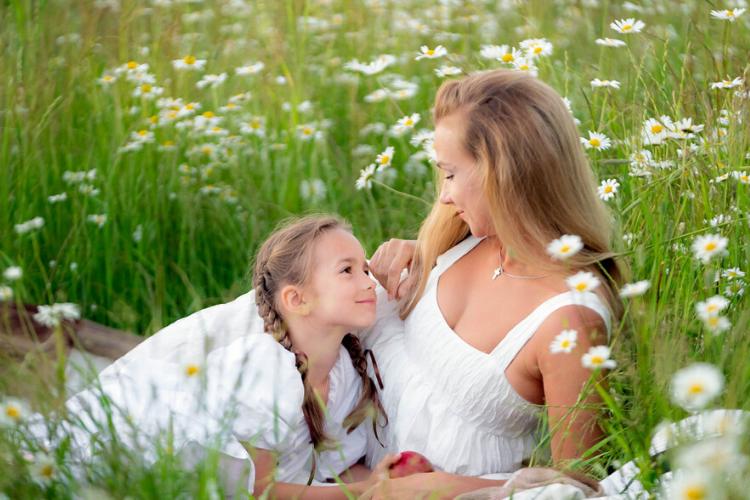бережіть своїх матерів, мама і донька в полі