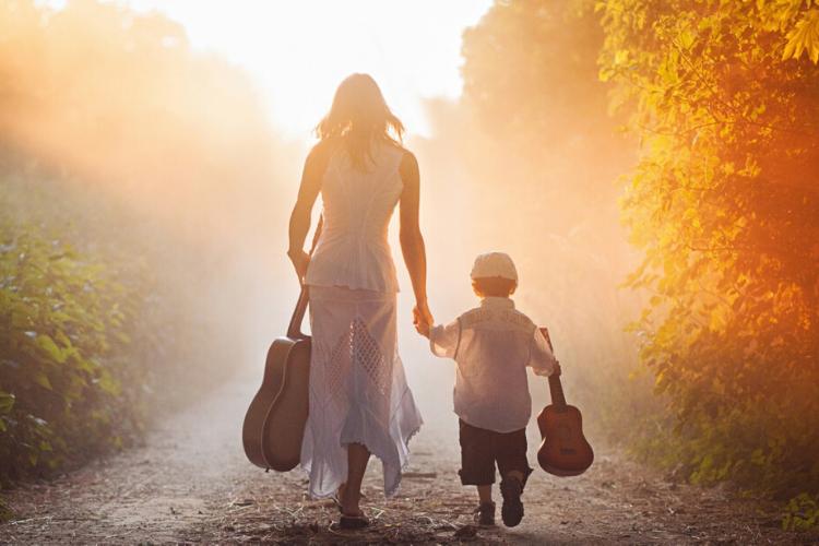мама і син несуть скрипки