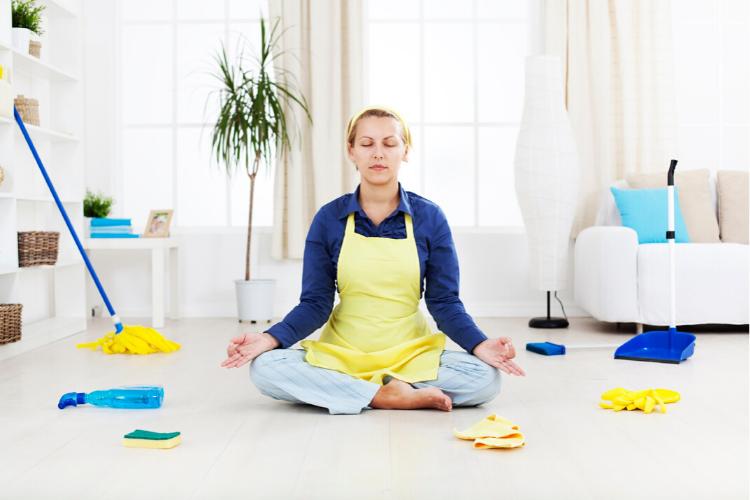 жінка медитує, прибирання
