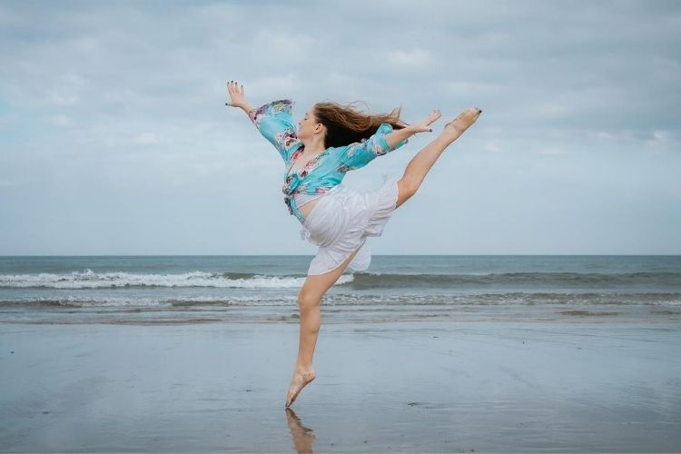 дівчина танцює біля моря