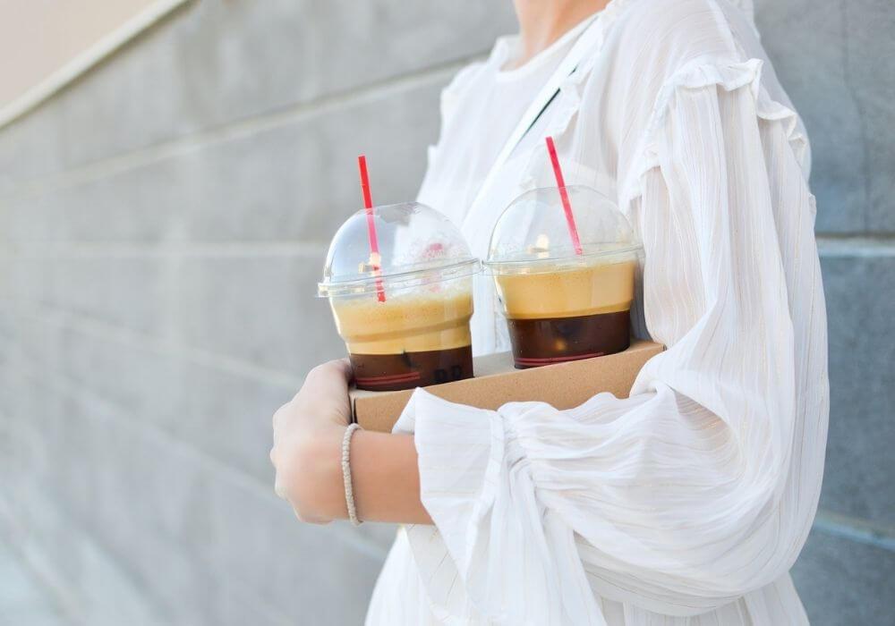 дівчина несе каву