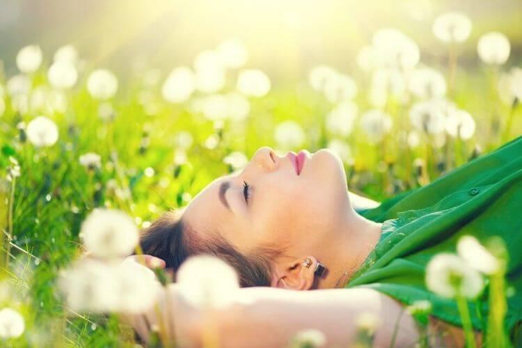 спокій, дівчина лежить на траві