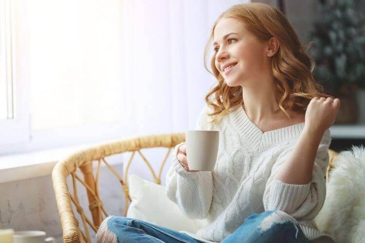 дівчина п'є каву